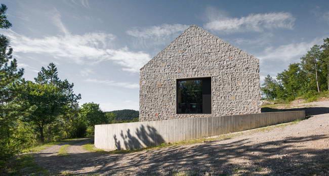 компактный каменный дом в ландшафте