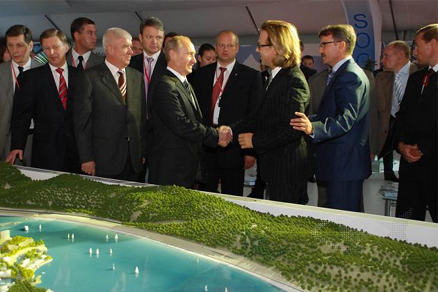 Эрик Ван Эгерат представляет проект острова Федерация президенту Путину.
