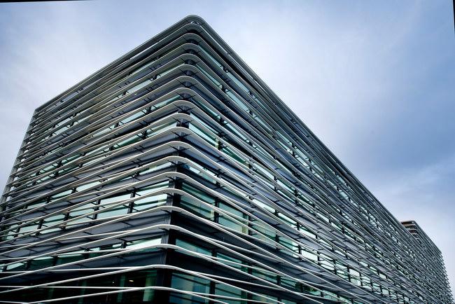 фасад делового центра с системой затенения