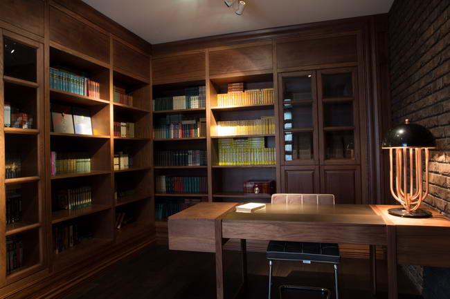 кабинет с деревянными стеллажами