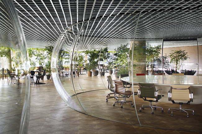 конференц зал за перегородкой из гнутого стекла