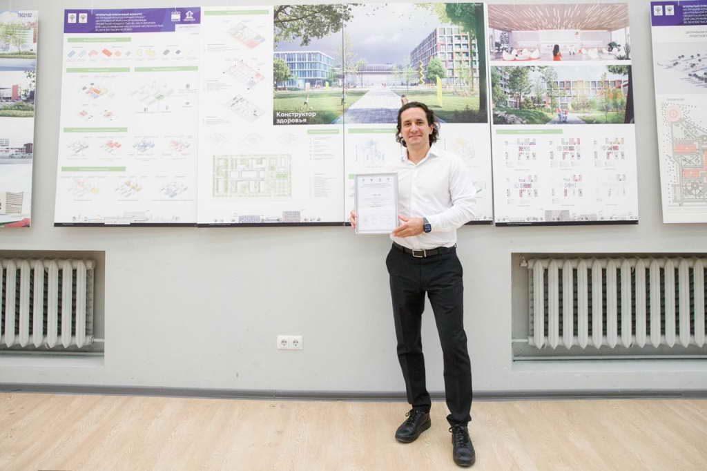 Архитектор из Студии 44 с дипломом конкурса