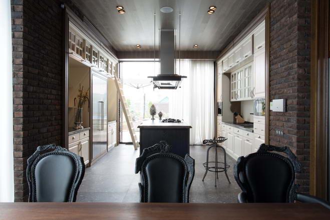 кухня с нишами в кирпичных стенах