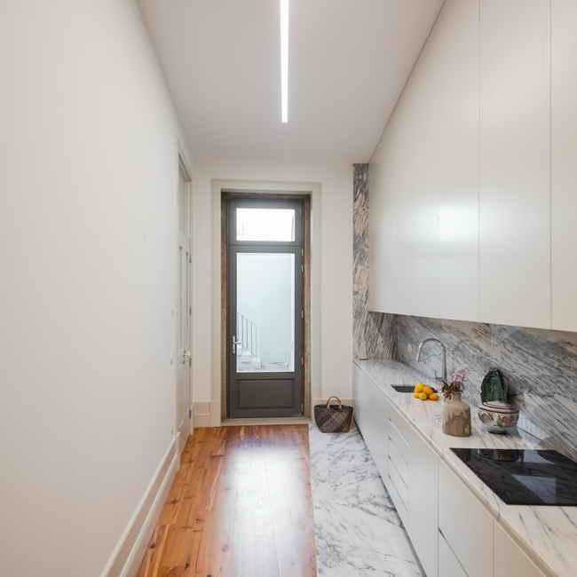 узкая кухня в особняке
