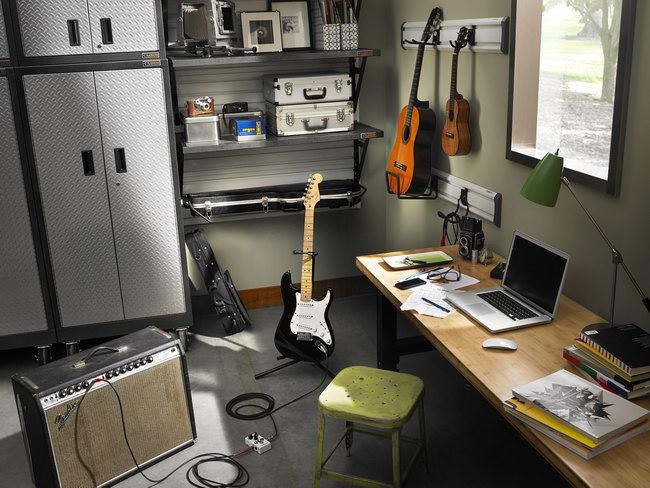 пространство и мебель в мастерской меломана