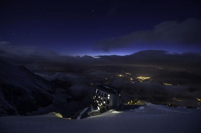 ночной вид первой в мире энегонезависимой гостиницы, Монблан, Франция