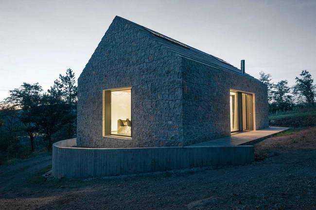 маленький каменный дом, вечерний вид