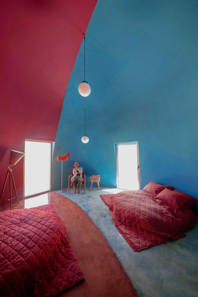 интерьер спальни в земляном доме