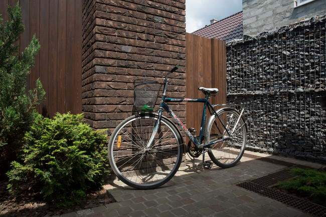 велосипед во дворе загородного дома