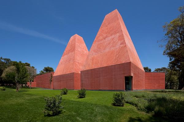 Здание картинной галереи в Cascais, архитектор Сото де Мора