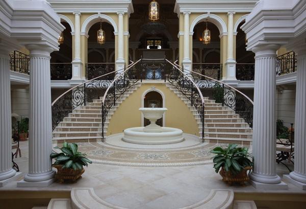 парадная лестница в главном доме, Широково
