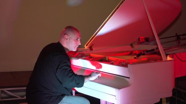 пианист из Германии Саша Пушкин импровизирует за роялем
