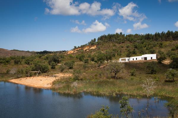 Индивидуальный дом в природном ландшафте, архитектор Витор Вилхена (мастерская Vitor Vilhena Architects), Португалия