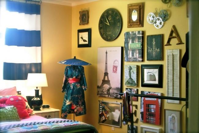 спальня со стеной воспоминаний о путешествиях