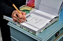 дизайнер Триша Гилд подписывает свою новую книгу о цвете в интерьере
