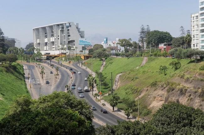здание кампуса в Лиме, вид с оврага