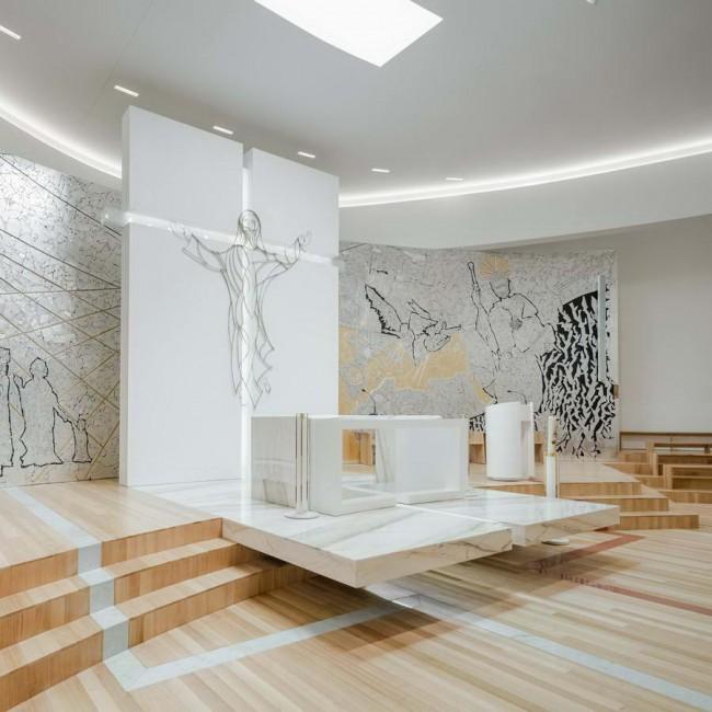 алтарь в интерьере церкви