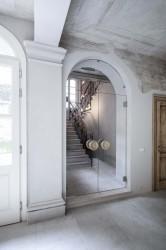входная арка со стеклянными дверями