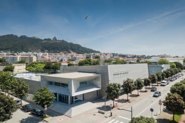 здание спортивного павильона в урбанистической среде