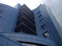 балконы на фасаде в ракурсе