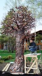 Денис Аксёнов у медного дерева