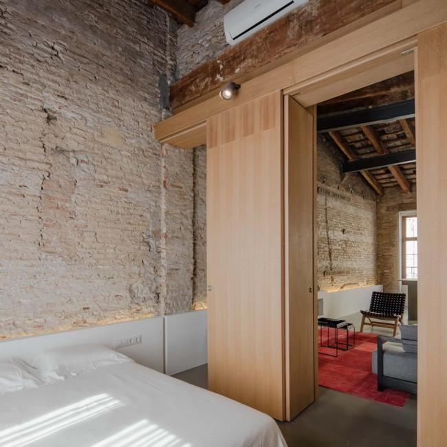 спальня с открытыми дверями