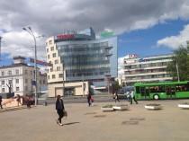 обращенный к улице фасад офисного здания