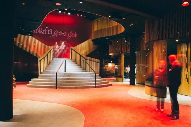 фойе Народного театра с реконструированной лестницей