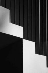 фрагмент лестницы с металлическими перилами