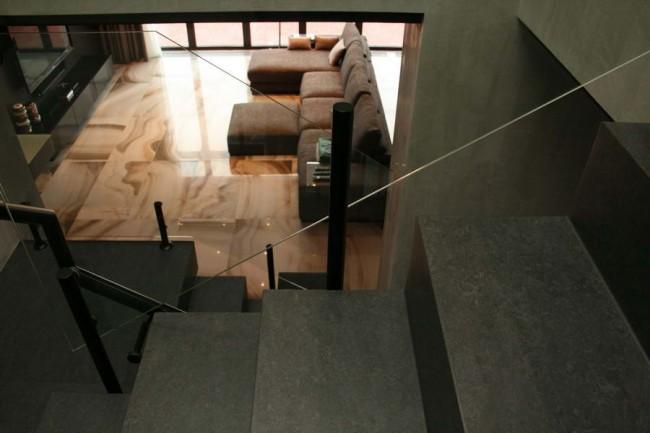 вид на гостиную с лестницы