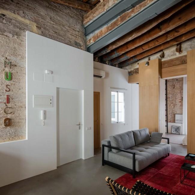 холл-гостиная с деревянными разделительными элементами