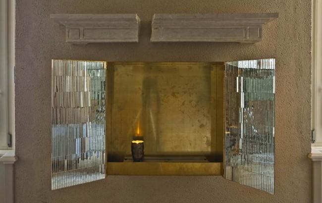 портал камина в нише со свечой