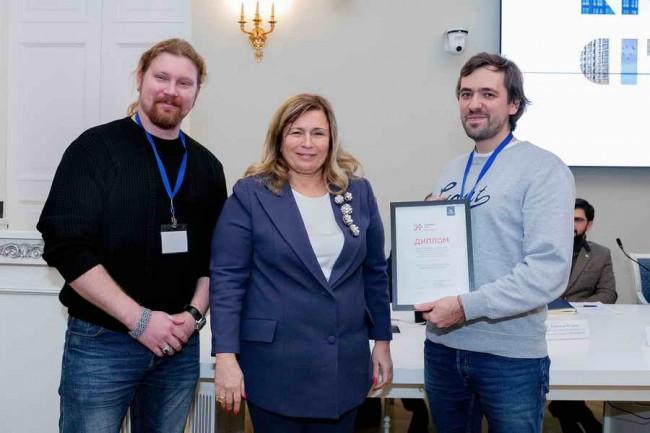 Лариса Канунникова награждает победителей конкурса - мастерскую Инженерное дело