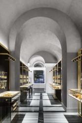 коридор в бутике с украшениями из янтаря