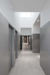 коридор с проёмом в потолке для освещения