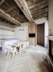 интерьер кухни-столовой с кессонным потолком