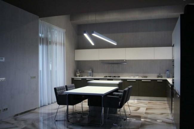 кухня-столовая с бетонными стенами