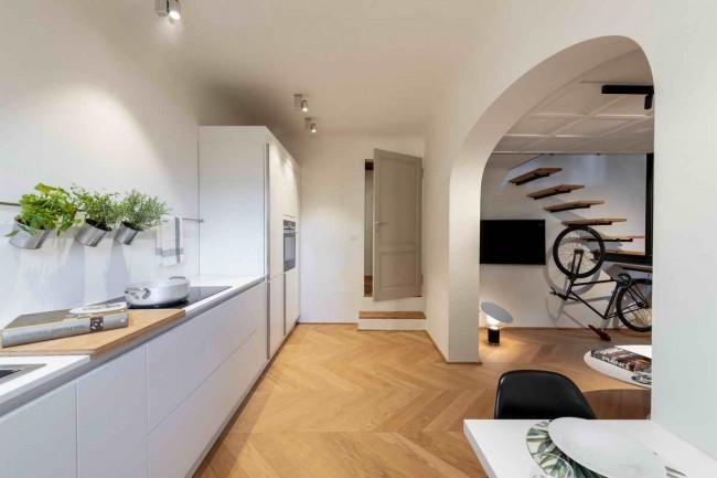 кухня, вид на лестницу с велосипедом