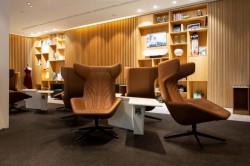 кресла и журнальные столики в интерьере бизнес лаунджа