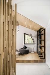 зона отдыха с деревянным подиумом в мансарде