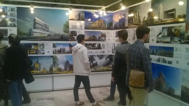 молодежь на выставке Архитектура Петербурга