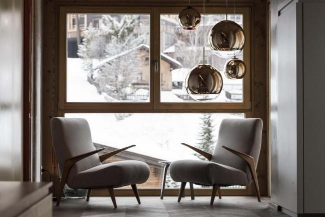 кресла у окна в пентхаусе