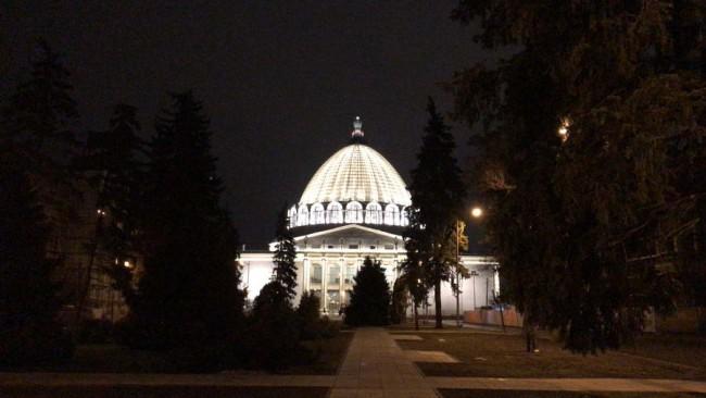 фасад павильона Космос с архитектурной подсветкой