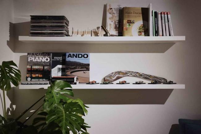книжные полки в интерьере флорентийской квартиры