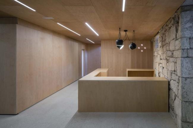 деревянная стойка-ресепшн в интерьере библиотеки