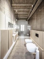 интерьер санузла с деревянной стеной