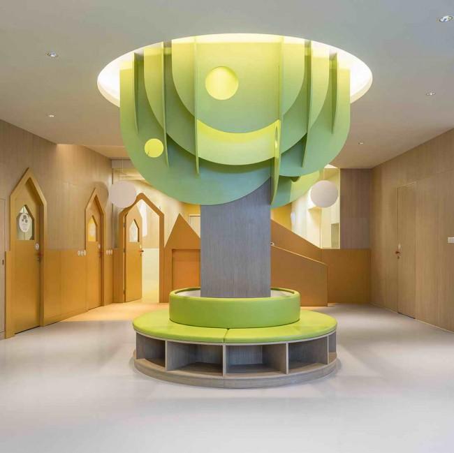 скамейка-дерево в интерьере детского сада