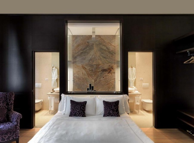 спальня с панно из натурального камня