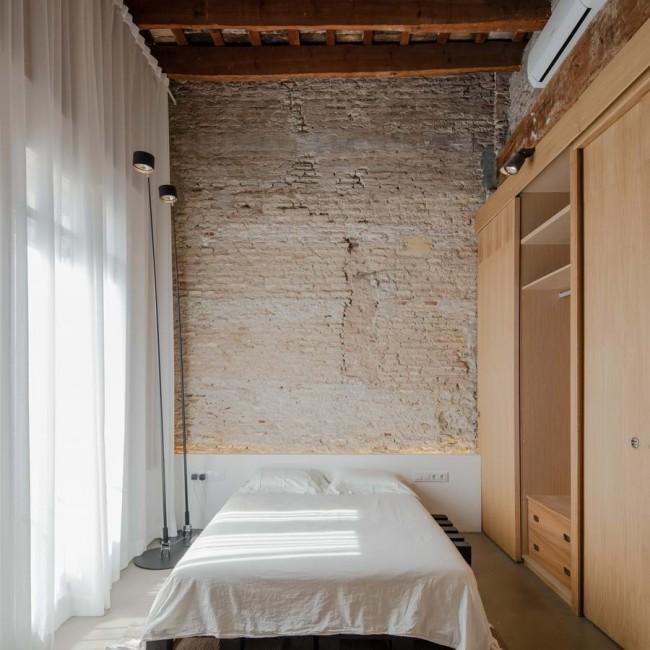 интерьер спальни с деревянным шкафом-перегородкой