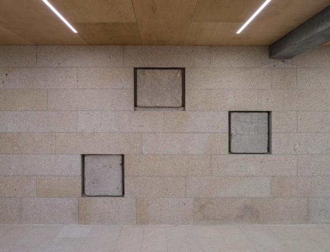 гранитная стена в библиотеке